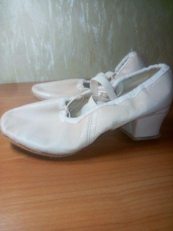 Кожаные балетки на каблуке