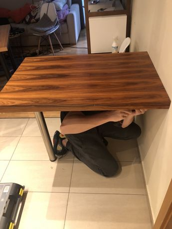 Stół mocowany do ściany