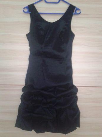 Czarna sukienka drapowana na dole