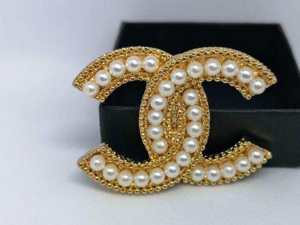 Błyszcząca złota broszka cc duże perły