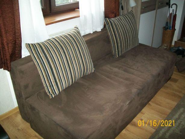 Sofę rozkładaną z pojemnikiem na pościel sprzedam.