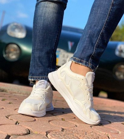 Стильные светлые кроссовки. 23.5 см