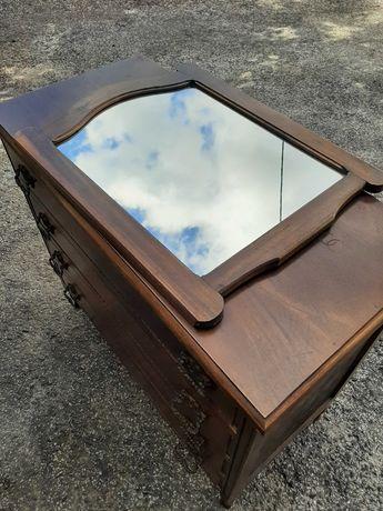 Cómoda e espelho