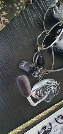 Colunas de som e câmara com microfone