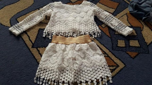 Śliczna koronkowa sukieneczka