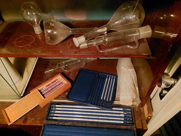 Химия. Лабораторний посуд. Лабораторне обладнання. Колбы. Трубки