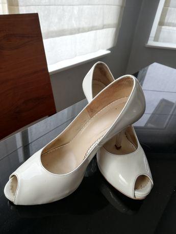Białe szpilki, buty