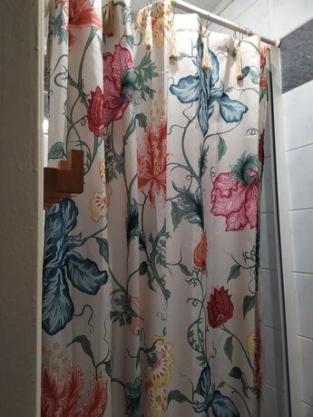 Zasłonka prysznicowa w kwiecisty wzór (razem z kółkami do zawieszenia)