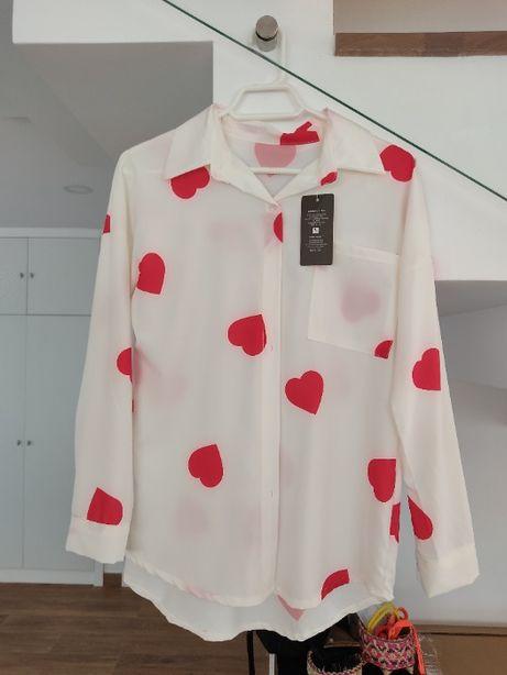 Camisa branca com corações vermelhos