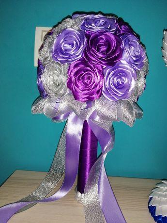 Bukiet z róż ze wstążki.