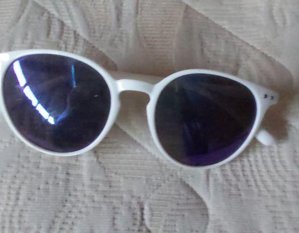 Óculos de sol brancos