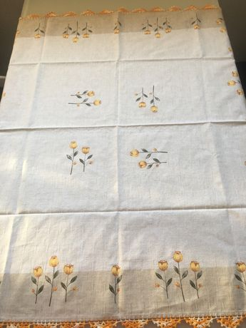 Toalha de mesa com aplicação de renda feita à mão