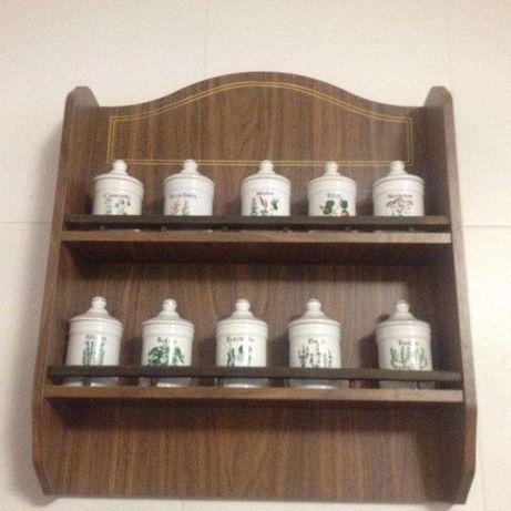 Potes em porcelana em suporte de madeira
