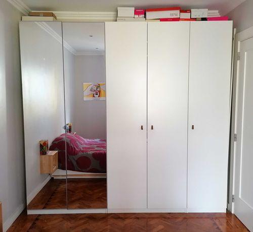 Roupeiro Pax IKEA com portas brancas e em espelho