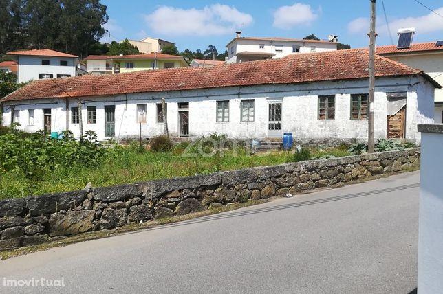 5 moradias em banda térreas com uma área de terreno de 1531 m2.