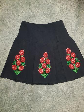 Красивая юбка с вышивкой. В отличном состоянии. Одевалась пару раз.