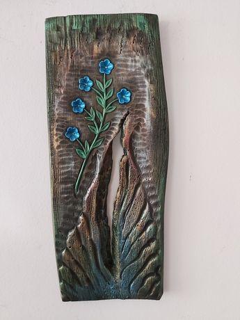 Płaskorzeźba w drewnie lipowym rękodzieło niezapominajki dziura