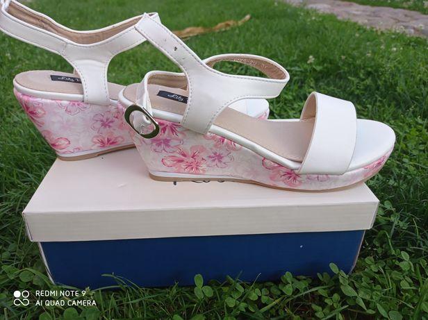 Sandałki na koturnie białe , kwiatki nowe