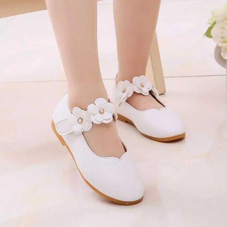 Дитячі білі туфлі