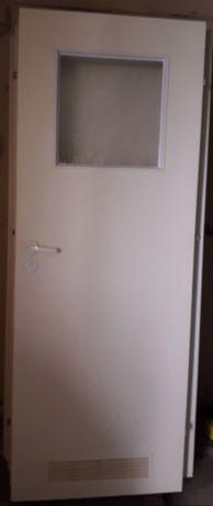 Drzwi wewnętrzne, białe 80-tka łazienkowa.