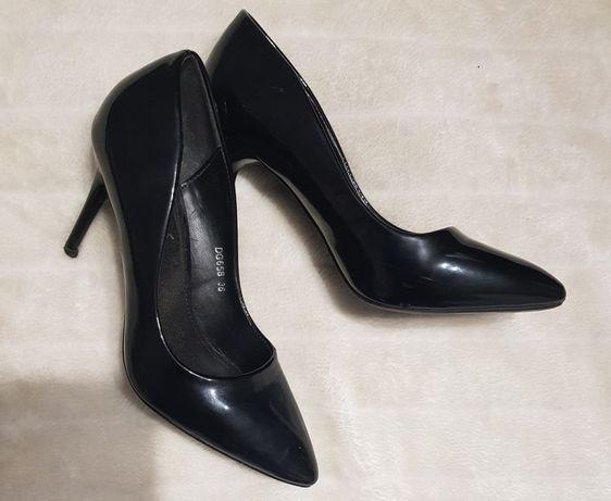 Czarne lakierowane szpilki