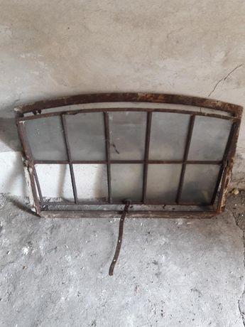 Okno żeliwne z łukiem uchylne.