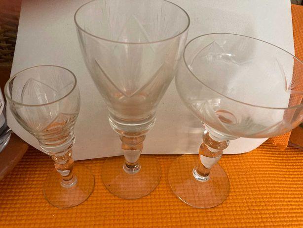 Serviço de copos antigo, + de 50 anos, meio cristal, vidro gravado.