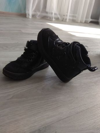 Продам ботинки 26 размер.