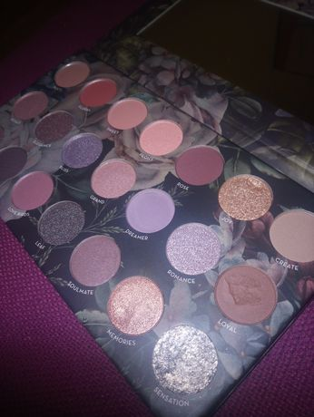 Paletka cieni w odcieniach fioletu