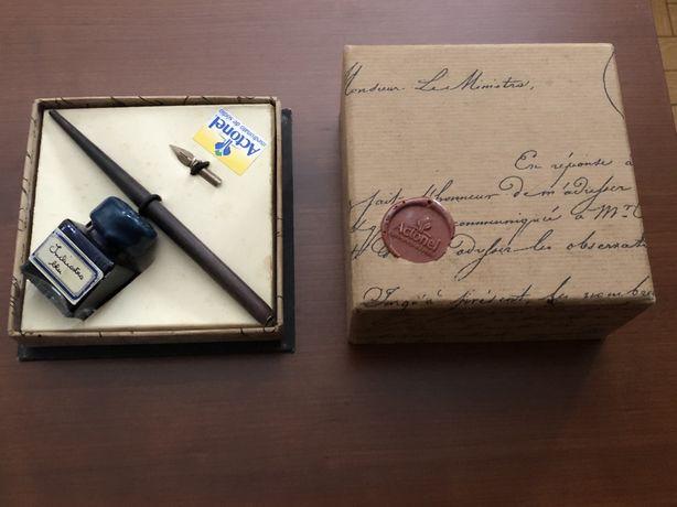 Caixinha muito antiga com tinteiro e caneta