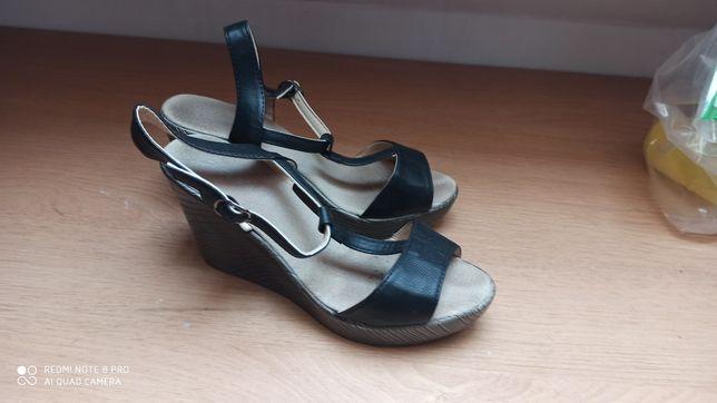 Czarne sandały na koturnie