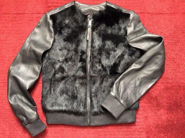 Blusão bomber preto, em pele genuína, com frente em pêlo natural.