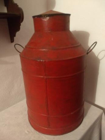 Bilha de azeite em Lata vermelha pintada.
