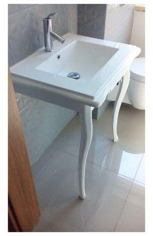 Biała ludwikowska szafeczka pod zlew - wyposażenie łazienki