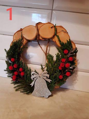 Świeczniki oraz stroiki na drzwi bożonarodzeniowe
