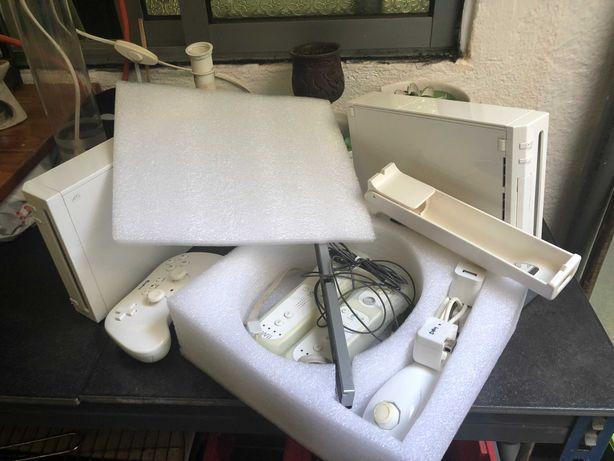 Nintendo Wii com comandos e jogos
