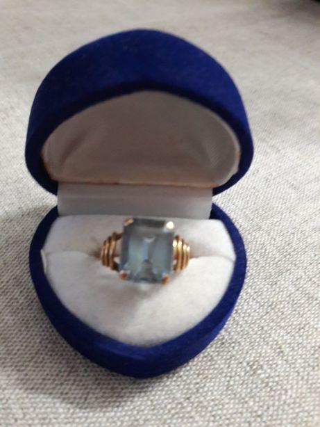 Topaz błękitny pierścionek z 18 karatowego złota pr. 0,750
