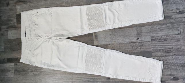 Białe spodnie jeansowe
