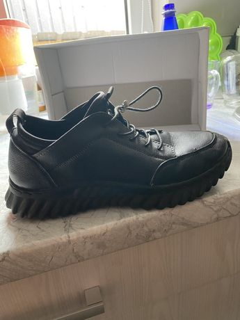 Продам осінь-зима чорні шкіряні кросівки 39-го розміру