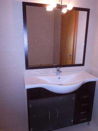 Armário de casa de banho com lavatório e espelho com iluminação