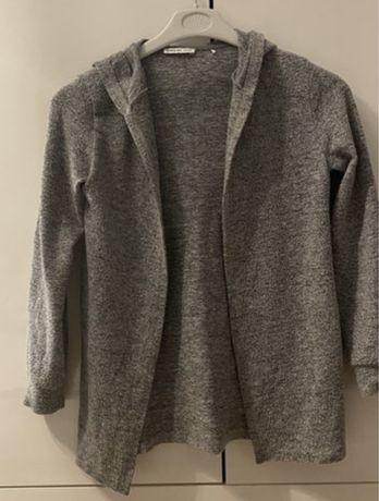 Szary sweter z kapturem