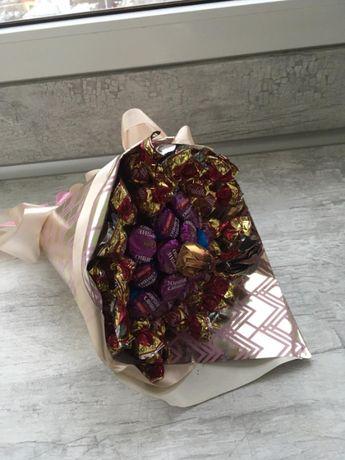 Букет із цукерків, квіти.