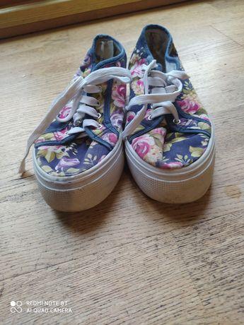 Buty sportowe w modne kwiaty