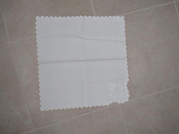 Очень красивая белоснежная салфетка 43 на 41 см