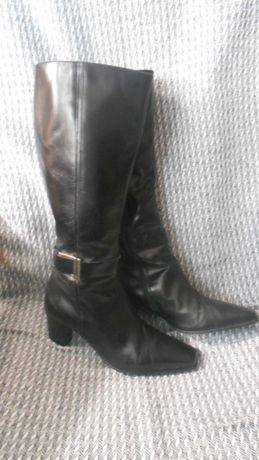 Шикарные кожаные сапоги , цвет черный . бренд clarks