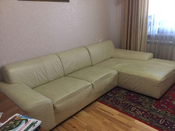 Срочно белый кожаный диван (есть потертости ) на перекраску супер