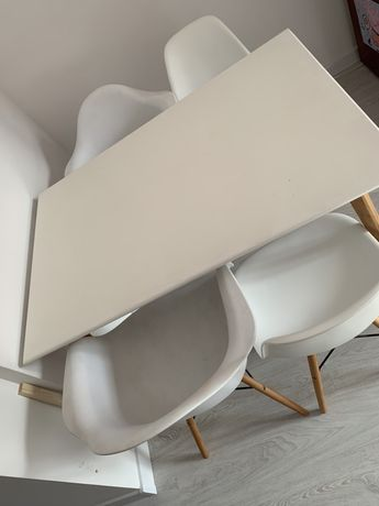 Bialy stól z drewnianymi nigami + 4 krzesla