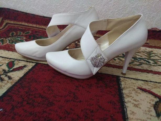 Білі туфлі туфли