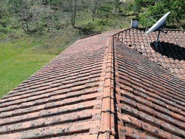 Colocar telhado de painel de sandwich.