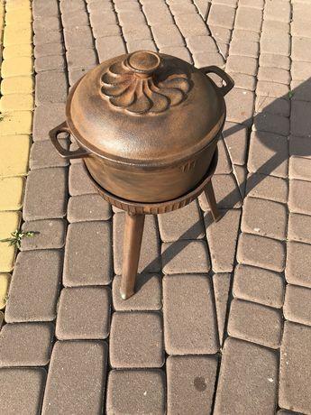 Żeliwny garnek/ kociołek ze stojakiem